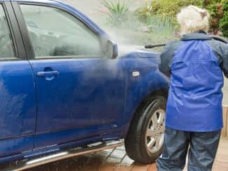 Auto mit Hochdruckreiniger waschen