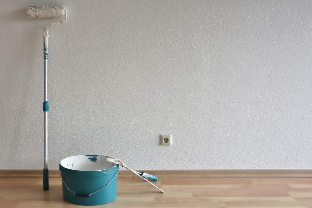 Fertig gestrichene Raufaser-Wand