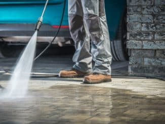 Hochdruckreiniger reinigt Garagenauffahrt