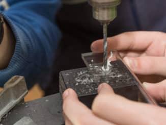 Glasbohrer bohrt in Glas
