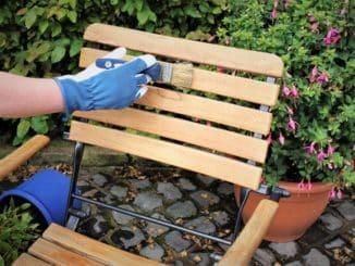 Gartenmöbel aus Holz pflegen